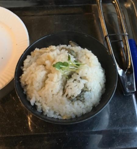牡蠣飯を食べる